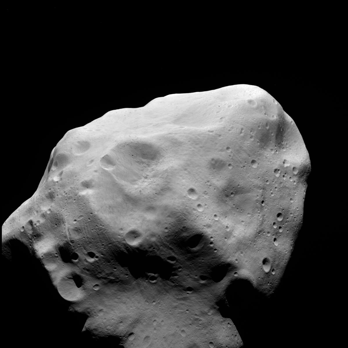 Bức ảnh chụp với bộ lọc OSIRIS trong quá trình bay ngang qua của tàu vũ trụ Rosetta tại tiểu hành tinh Lutetia ngày 10/7/2010.  Credit: © ESA 2010 MPS/OSIRIS Team  MPS/UPD/LAM/IAA/RSSD/INTA/UPM/DASP/IDA